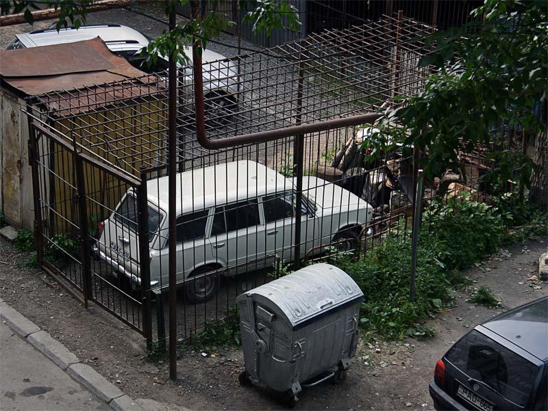 машина в клетке