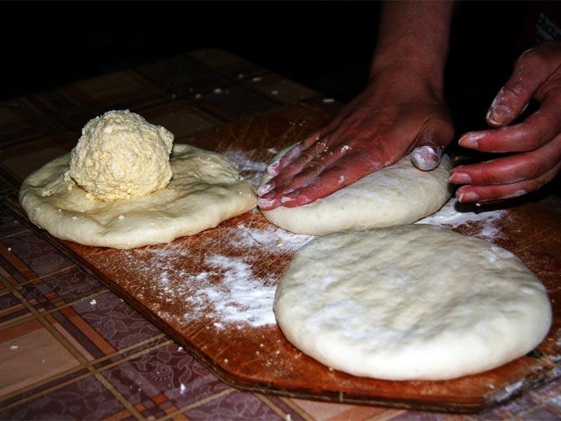 Раскатываем хачапури в лепешку