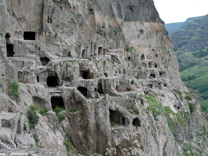 Вид на скалу с пещерами
