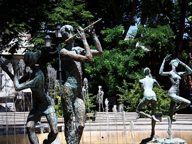 Танцующий и играющий фонтан