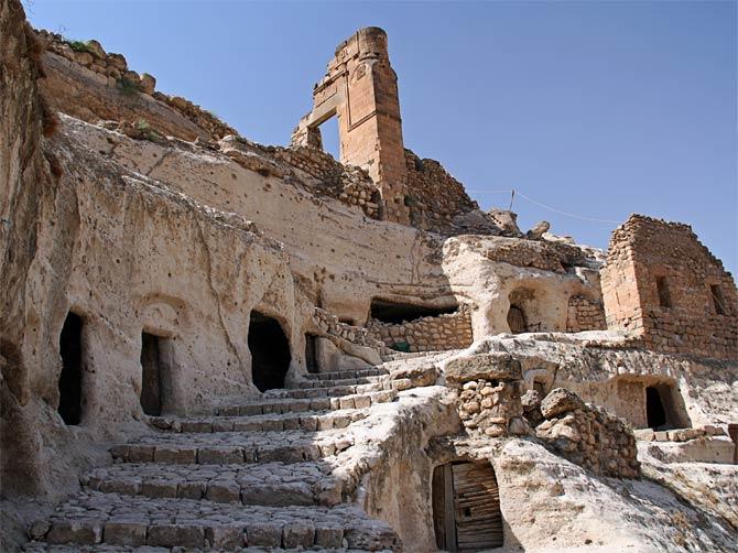 Пещеры и остатки крепости