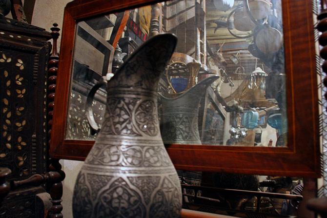Зеркало в антикварном магазине