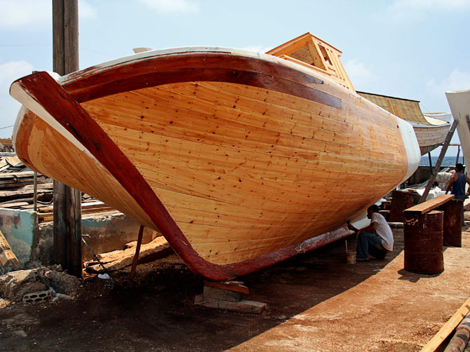 Сирия, Арвад - покраска рыбацкой лодки