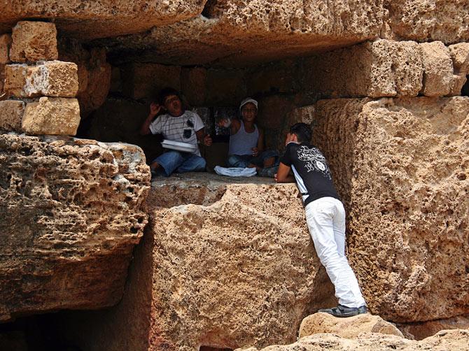 Сирия, Арвад - дети в финикийских руинах