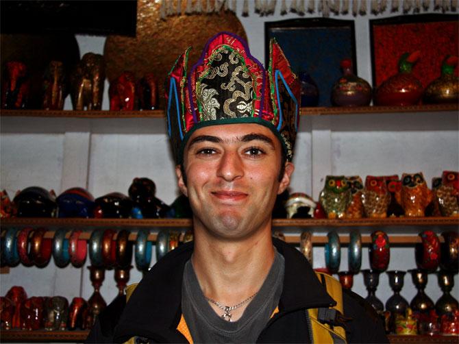 Декс в тибетской шапке