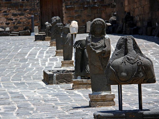 Античные скульптуры в Босре, Сирия