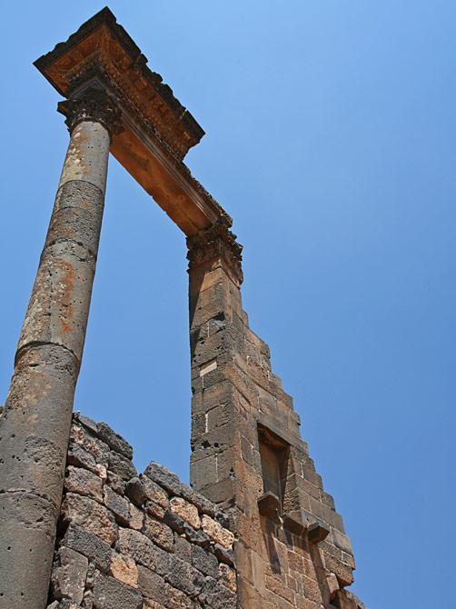 Античная колонна в Босре, Сирия