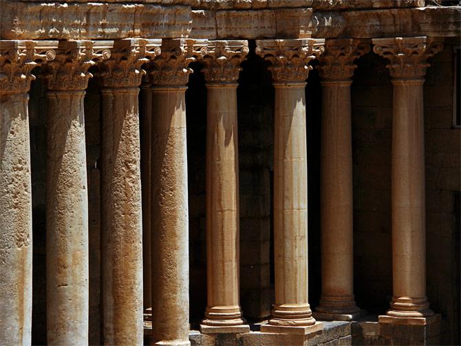 Колонны в амфитеатре Босры, Сирия