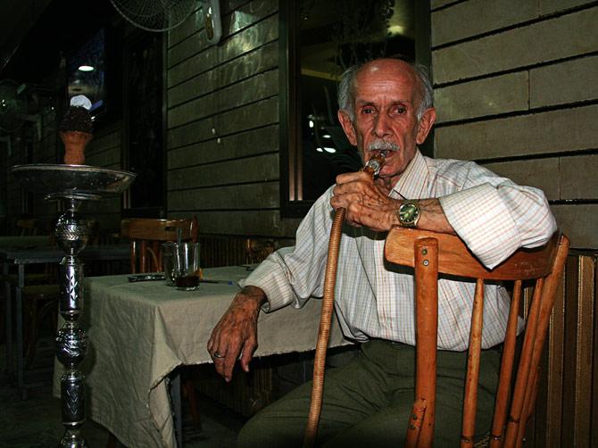 Старик с кальяном