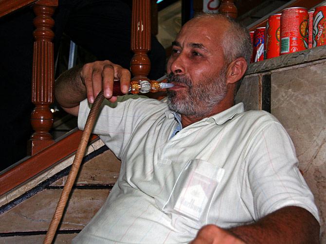 Араб курит кальян