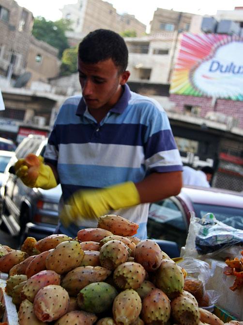 Торговец опунцией в центре Аммана