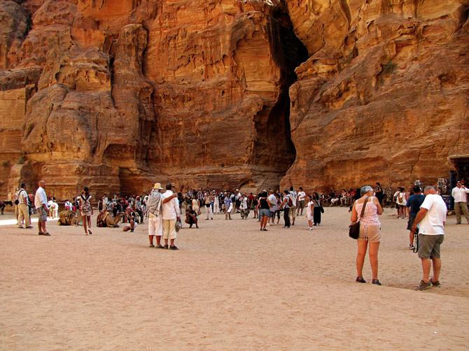Туристы у выхода из каньона Сик, Петра