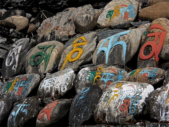 Камни с буддистскими мантрами