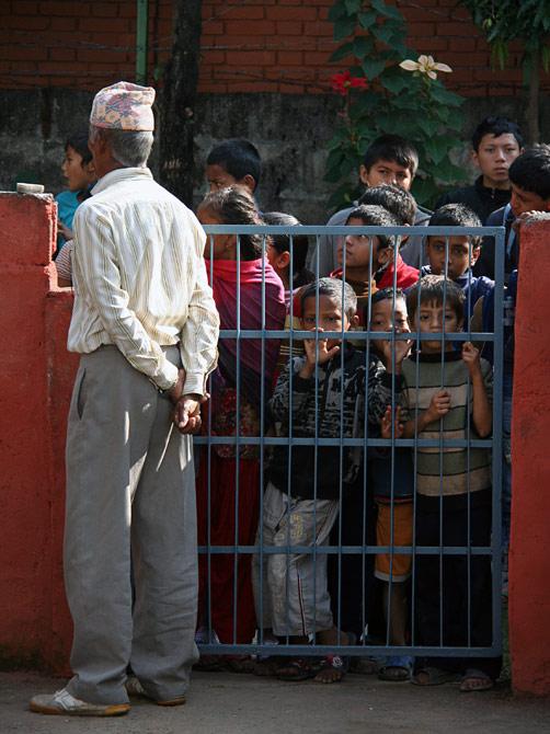 Любопытные непальские дети