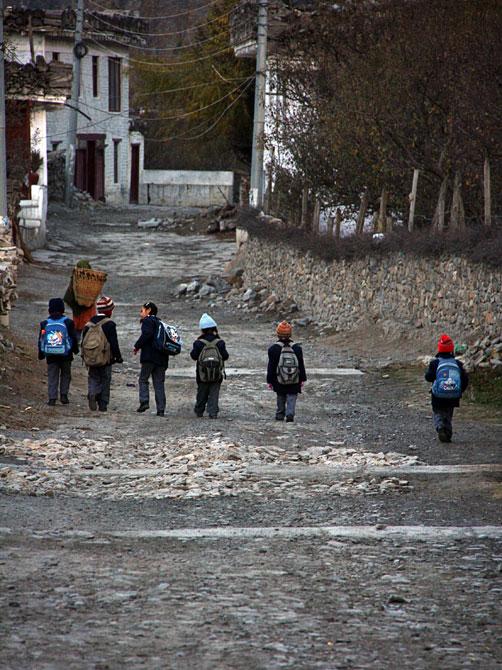 Школьники в Марфе - трек вокруг Аннапурны, Непал, Гималаи