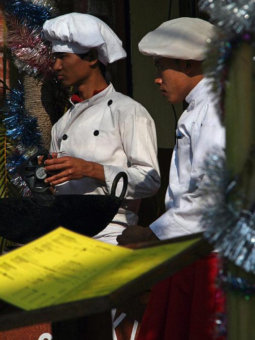 Нарядные повара на уличном фестивале в Покхаре, Непал