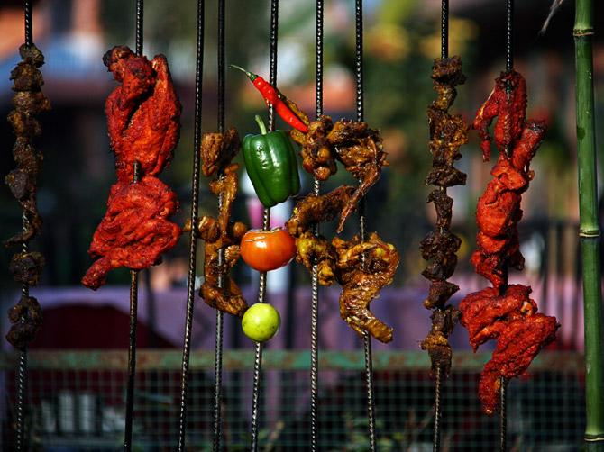 Все разнообразие непальской кухни на уличном фестивале в Покхаре, Непал