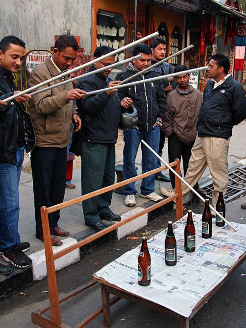Народная забава на уличном фестивале в городе Покхара, Непал