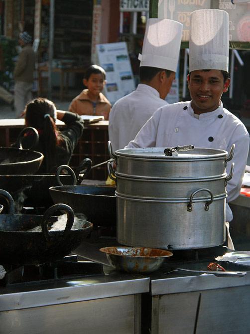 Нарядный повар на фоне кастрюль, уличный фестиваль в Покхаре, Непал