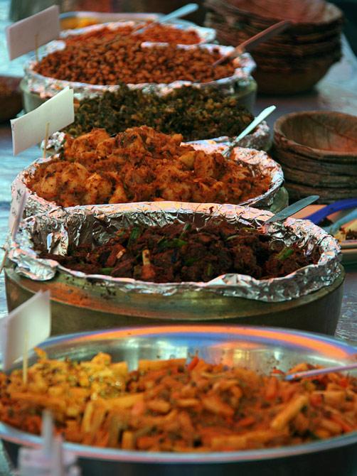 Традиционные непальские блюда на уличном фестивале в Покхаре, Непал