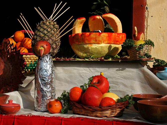 Праздничная композиция из фруктов на уличном фестивале в Покхаре, Непал