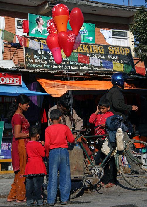 Детвора с надувными шариками на уличном фестивале в Покхаре, Непал