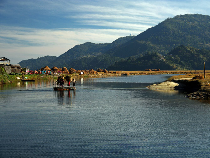 Паромная переправа через реку, близ Покхары, Непал