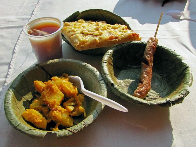 Скудная непальская еда на уличном фестивале в Покхаре