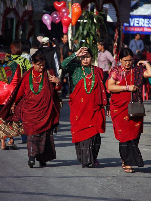 Три непальских женщины на уличном фестивале в Покхаре