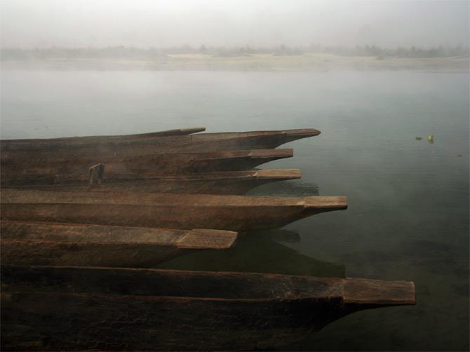 Деревянные лодки в тумане, заповедник Читван, Непал