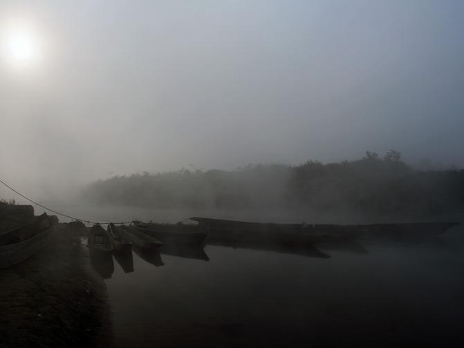 Лодки в тумане на рассвете, заповедник Читван, Непал