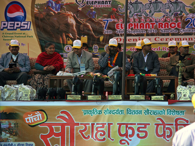 """Жюри фестиваля, фестиваль """"Слоновьи бега"""", Читван, Непал"""