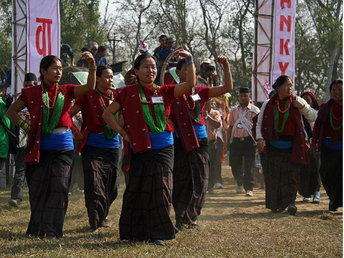 """Непальские женщины танцуют на открытии фестиваля """"Слоновьи бега"""", Читван, Непал"""