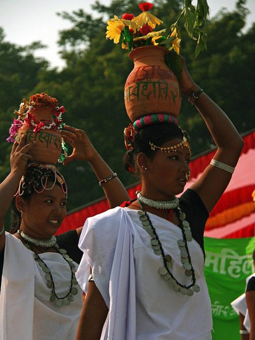 """Девушки с цветочными горшками на голове, фестиваль """"Слоновьи бега"""", Читван, Непал"""