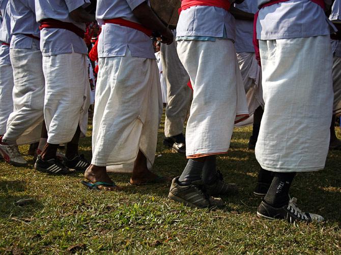 """Обувь непальцев, фестиваль """"Слоновьи бега"""", Читван, Непал"""