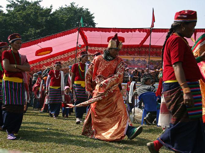 """Тибетец в национальном костюме, фестиваль """"Слоновьи бега"""", Читван, Непал"""