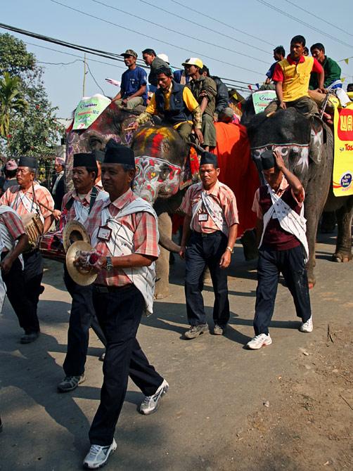 """Одна из народностей Непала, фестиваль """"Слоновьи бега"""", Читван, Непал"""