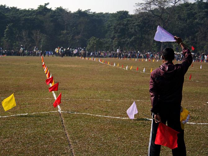 """Мальчик подает знак """"Старт"""", фестиваль """"Слоновьи бега"""", Читван, Непал"""
