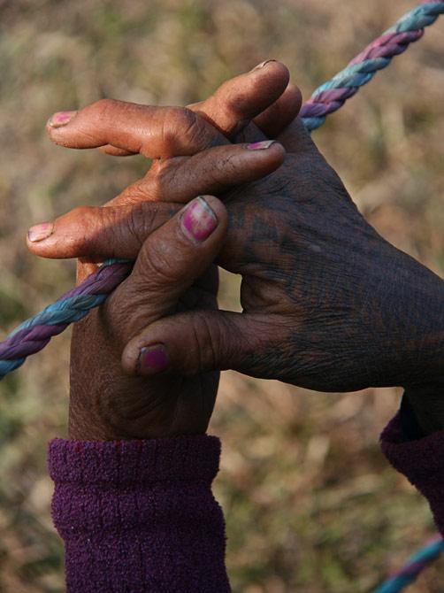 """Татуированные руки непальской старухи, фестиваль """"Слоновьи бега"""", Читван, Непал"""