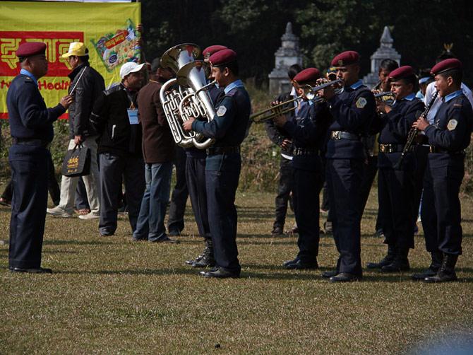 """Полицейский оркестр, фестиваль """"Слоновьи бега"""", Читван, Непал"""