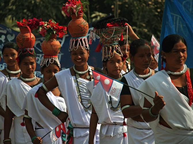 """Непальские девушки с цветочными горшками на головах, фестиваль """"Слоновьи бега"""", Читван, Непал"""