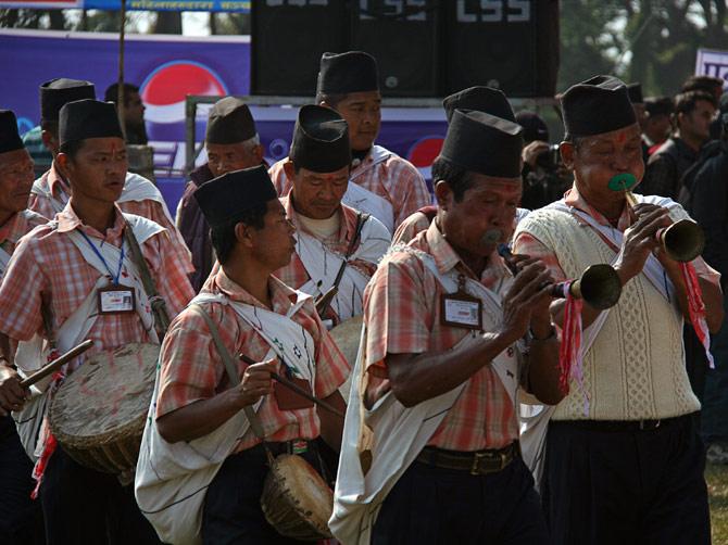 """Духовой оркестр одной из непальских народностей, фестиваль """"Слоновьи бега"""", Читван, Непал"""