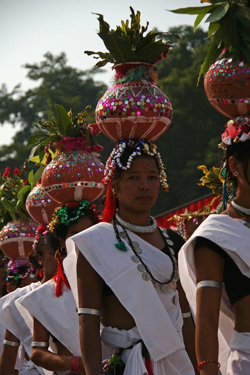 """Девушка с кадкой на голове, фестиваль """"Слоновьи бега"""", Читван, Непал"""