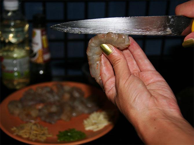 Рецепт жареного риса по-тайски - чистим креветок