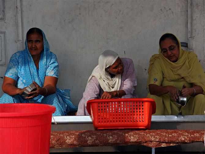 Сикхни на кухне в гурудваре
