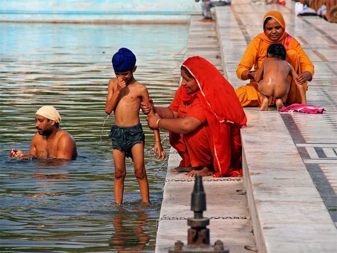 Омовение в священном водоеме возле Золотого храма в Амритсаре