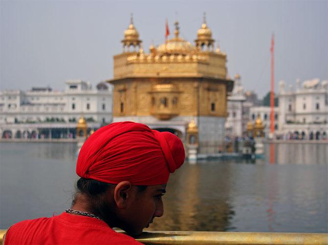 Маленький сикх возле Золотого храма
