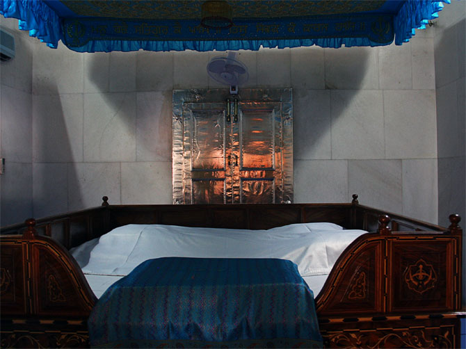 Кроватка для священной книги сикхов