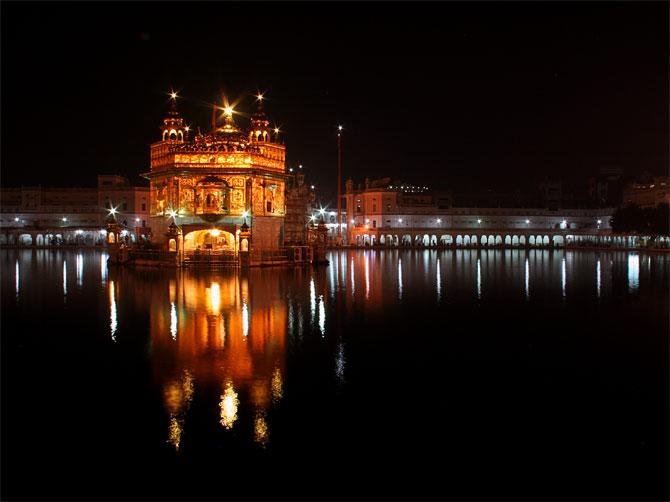 Золотой храм в Амритсаре ночью