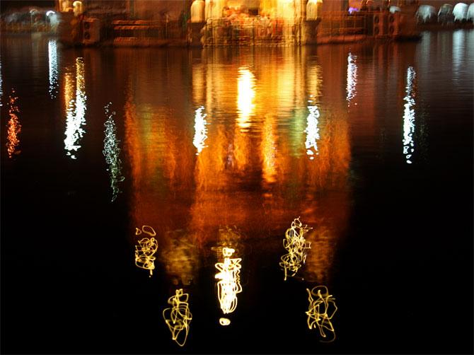 Отражение в священном водоеме
